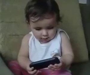 Ha meno di due anni, ma ecco cosa fa appena prende il cellulare!