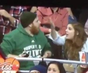Durante una partita li inquadrano, lui ignora la ragazza e viene punito