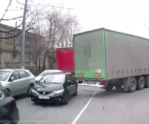 Questo camion pesca un'automobile e non vuole più mollarla