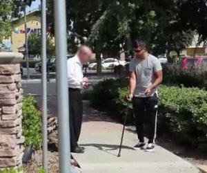 Un cieco con un biglietto della lotteria vincente, cosa faranno i passanti?