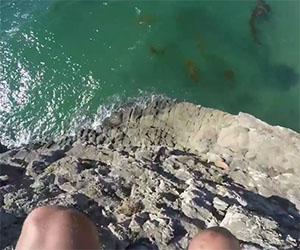 Questo ragazzo si lancia da una roccia con un salto folle