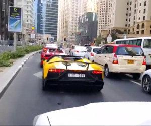 Un uomo fermo al semaforo fa incendiare la sua Lamborghini