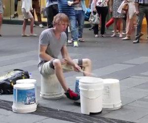Incredibile batterista con i secchi