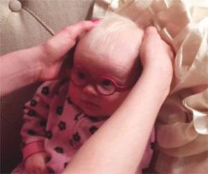 Indossa gli occhiali per la prima volta, godetevi la sua reazione