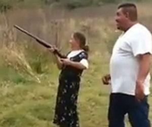 La suocera chiede al genero di insegnarle a sparare