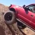 Una jeep sceglie un percorso impossibile e riesce nell'impresa