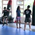 Si finge una dilettante ma in realtà è una kickboxer professionista