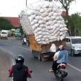Un camion trasporta un grosso carico e sfida la forza di gravità