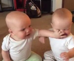 Due gemelle ed un unico ciuccio, ecco la dura lotta per averlo