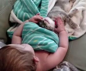 La mamma li riprende mentre dormono abbracciati, fantastici!