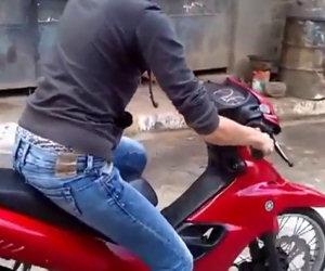 Donna per la prima volta sullo scooter