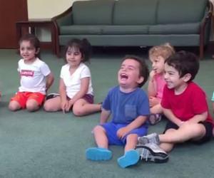 La maestra inizia a suonare la chitarra, guardate la reazione del bimbo