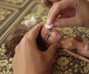 Prende una bambola e la trasforma, il risultato finale è incredibile