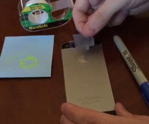 Mette del nastro adesivo sul cellulare e crea qualcosa di incredibile