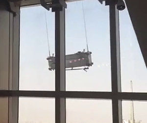 Ecco cosa può succedere quando si lavano i vetri su un grattacielo