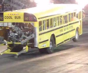 Lo scuolabus che parte a propulsione