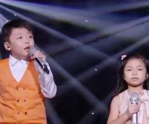 Il bambino è bravissimo ma appena lei inizia a cantare, brividi!