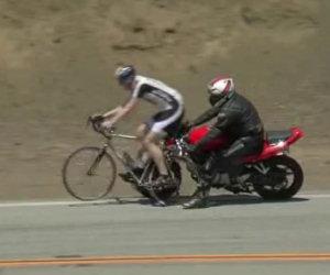 Un motociclista imbranato travolge due ciclisti per strada