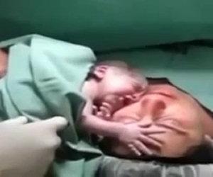 Neonato non si stacca dalla madre