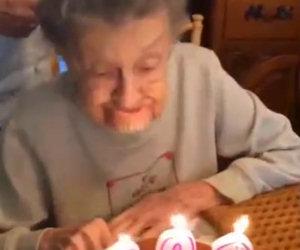 Festeggia 102 anni, mentre soffia le candeline perde la dentiera