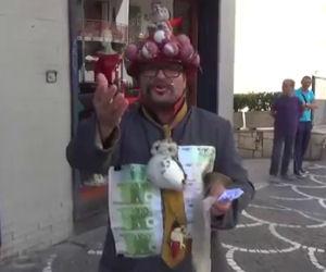Ecco chi può capitare di incontrare lungo le strade di Napoli