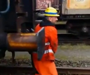L'operaio ferroviario deve unire due carrozze, lo fa in modo folle