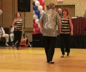 Due ballerini si esibiscono, ma tenete d'occhio la donna dietro