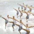 Le pattinatrici sul ghiaccio iniziano l'esibizione ipnotizzando il pubblico