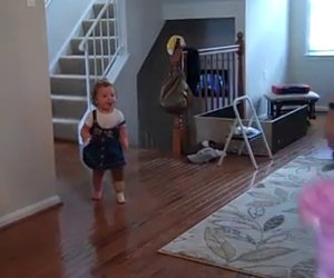 Cammina per la prima volta grazie a una protesi. Ecco la sua reazione!