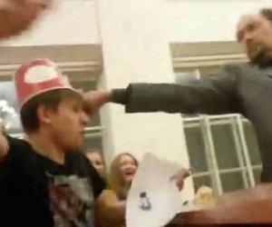 Professore punisce studente rumoroso
