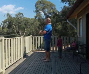 Il papà e le figlie sono sul balcone, ecco cosa succede all'improvviso