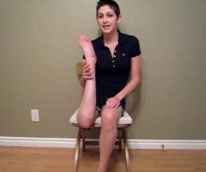Ragazza gira le ginocchia di 180°