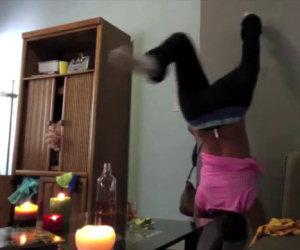 Ragazza va a fuoco mentre balla