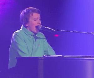 Un ragazzo inizia a suonare, la sua esibizione è un vero trionfo