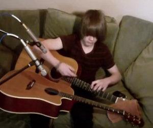 Ragazzo suona due chitarre