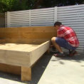 Costruisce un letto in giardino ma mette un materasso molto speciale