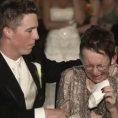 La madre non può camminare ma lo sposo le regala un momento unico