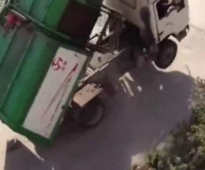 Ridicolo camioncino che saltella
