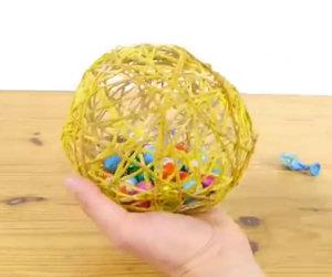 Riempie un palloncino con uova di cioccolato, una creazione fantastica