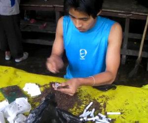 L'uomo più veloce al mondo a rollare le sigarette