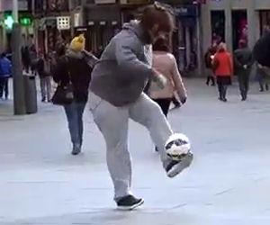Cristiano Ronaldo si traveste da senzatetto e gioca per strada