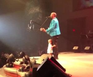 Sale sul palco per abbracciare il papà