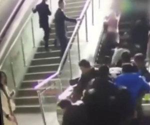 Le scale mobili invertono la direzione facendo cadere tutti