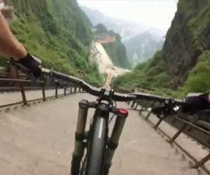 Una folle discesa in bicicletta dalla cima altissima di 999 gradini