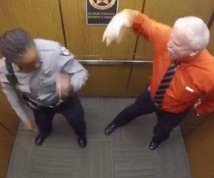 Lo sceriffo sta per andare in pensione e saluta così i suoi colleghi