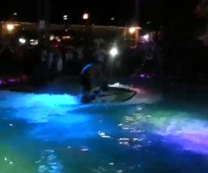 Salti mortali con lo sci acquatico dentro una piscina