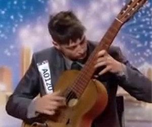 Inizia a suonare una chitarra, dopo pochi secondi restano tutti allibiti