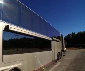 Da fuori sembra un grande camion ma basta premere un pulsante e...