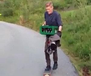 Skateboard con una cassa di birra
