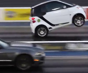 Smart sfida e semina una Mustang